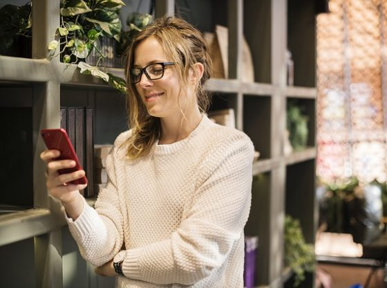 Foto van vrouw check via app in huis